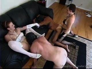 اثنين من ربات البيوت الكلبة femdom استخدام عبيدهم