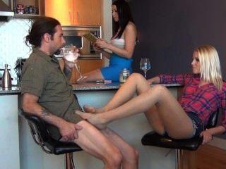 ابنة bratty تفسد مشاركة الآباء مع footjob تحت الطاولة