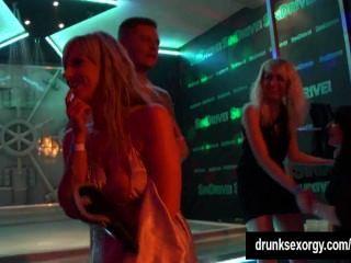 الفتيات الساخنة الرقص جنسي مثير في النادي