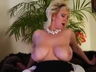يحلو ليمارس الجنس مع ابن زوجها