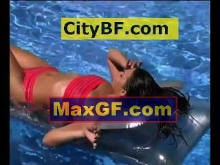 الاسترخاء في حوض السباحة على فراش الهواء