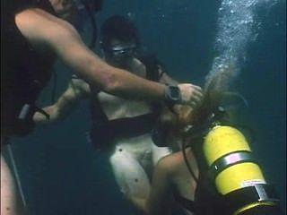 فتاة في معدات الغوص يفعل اللسان لمدة الغواصين