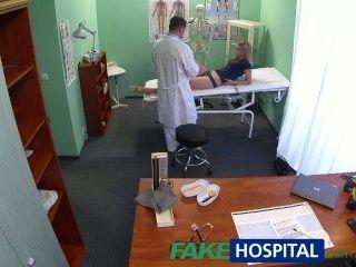 شقراء الأبرياء fakehospital يحصل على التدليك الأطباء