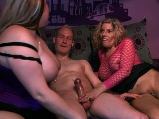 2 الفتيات مع رجل محظوظ واحد