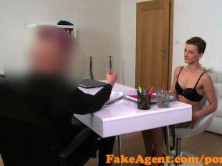 fakeagent نحيف امرأة سمراء فاتنة تمتص والملاعين في الصب