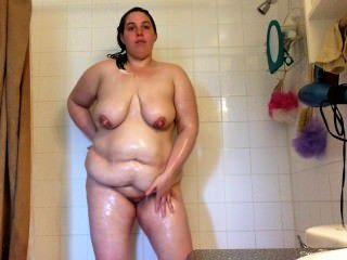 مثير BBW كبير الثدي جبهة مورو نازف الرطب ومرغى في الصابون في الحمام