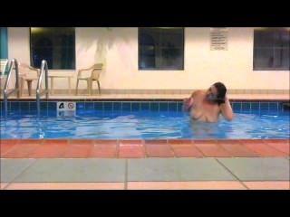 مادلين أحمر يسبح عاريا تماما في حمام السباحة فندق تظهر كل شيء !!