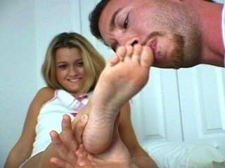 عبادة قدميها صغير