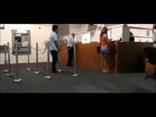 فتاة تحصل على ضبطت تومض في البنك من قبل الحرس