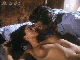 مونيكا بيلوتشي عارية على السرير
