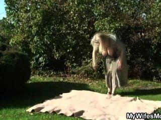 زوجة يحصل جنون عندما وجدت لها الداعر في الحديقة