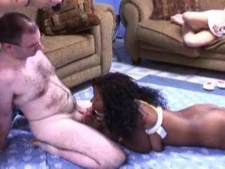 رجل يمارس الجنس مع نردي كبيرة titted خشب الأبنوس ملكة