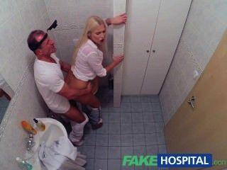 يتلقى fakehospital مفلس شقراء قرنية لCREAMPIE من الطبيب