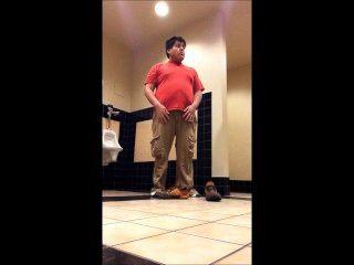 الصبي السمين تجريد في مرحاض المدرسة 2