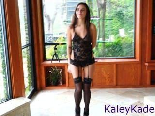 كيلي القاضى يثير مع رقصة شريط مثير في الملابس الداخلية