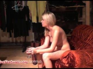 يظهر مثير 18yo بلوندي جسدها في صب الأول