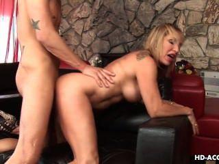 امرأة سمراء مع لعبة كبيرة الثدي الملاعين لها العضو التناسلي النسوي الرطب
