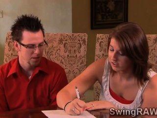 زوجين شابين يغني مع واقع الثلاثون من العهرة الأزواج