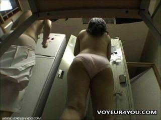 كاميرا خفية في غرفة خلع الملابس