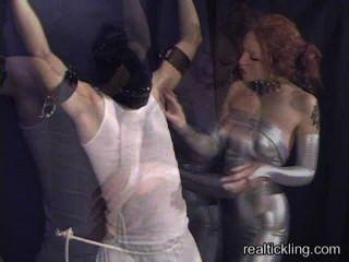 بريسيلا دغدغة يعذب الرجل