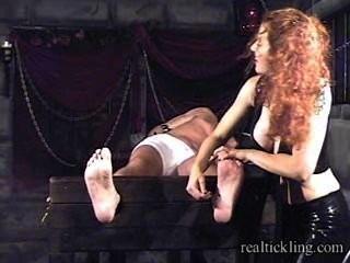 بريسيلا دغدغة لفترات طويلة تعذيب الرجل ملثمون 1