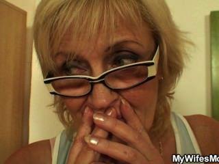 سخيف الأم القديمة إينلاو على الطاولة