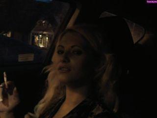 الدخان فتاة لذيذ في السيارة، PART1 غير عارية (PART2 في القطاع الخاص) التدخين و