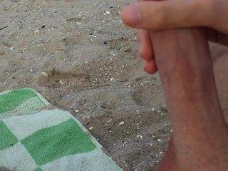 الرجل مثلي الجنس يستمني ونائب الرئيس على شاطئ في الأماكن العامة
