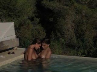 امرأة سمراء lezzs جعل الحب في حوض السباحة