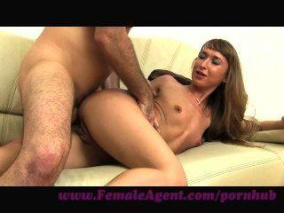 femaleagent.فرحة الشرج على الأريكة الصب