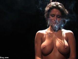 إميلي كلارك عاري الصدر (قصيرة)