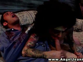 ملاك جوانا تنخفض على المتأنق على الأريكة