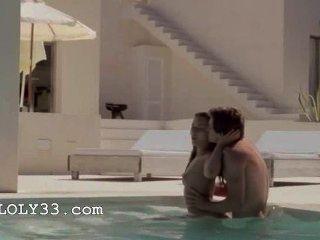 الجنس فائقة الحساسية في بركة للسباحة