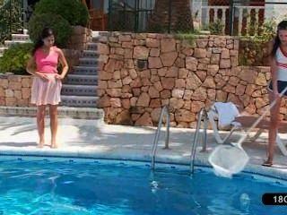 مثليات جميلة اللعب على حمام السباحة