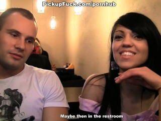 التقى امرأة سمراء في مقهى والحصول على مارس الجنس في المرحاض