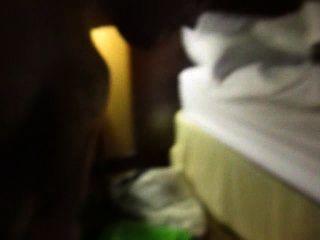 الوجه واللعنة في غرفة فندق الحضيض