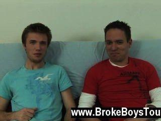 مثلي الجنس الاباحية دانيال تحول حتى على الأريكة وإلى كمية أكبر
