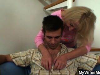 ابنه في القانون الملاعين لها بعد اثنين من المشروبات