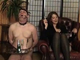 امرأة سمراء عشيقة مع منفضة سجائر البشري