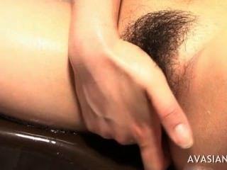 أقرن الآسيوية ممارسة العادة السرية من الصعب بوسها زلق في الحمام