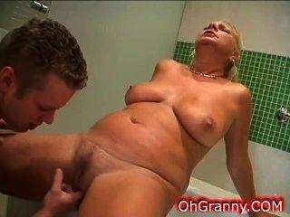 الوقت حمام دافئ مع الجدة مثير