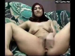 فتاة عربية مع الحجاب الحلب حلمته ويستمني