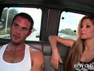 وتحدث في سن المراهقة الديك تجويع المتأنق على ممارسة الجنس المتشددين في الحافلة
