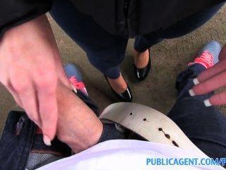 publicagent الشباب فتاة سوداء الشعر الملاعين على غطاء محرك السيارة سيارة