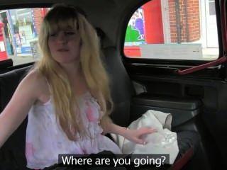 شعر كس شقراء مارس الجنس في سيارة أجرة