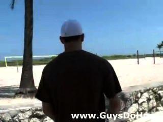 الرجال البيض التحقق من البلطجة الأسود الساخن على دراجة نارية