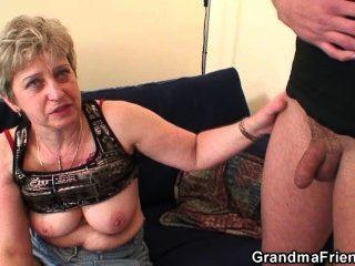 الجدة يأخذ اثنين من الديكة بعد ممارسة العادة السرية