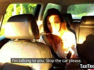 لذيذة امرأة سمراء مص الديك امرأة مشاكسة في سيارة أجرة