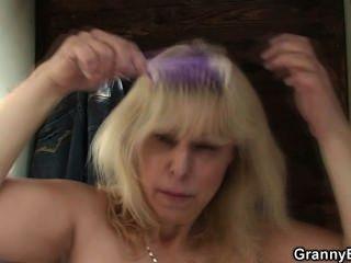 تحصل مارس الجنس شقراء القديم في غرفة تغيير الملابس العامة