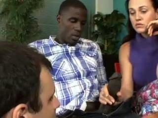 فليرتي امرأة سمراء عاهرة مص الوحش الديك الأسود أمام زوج